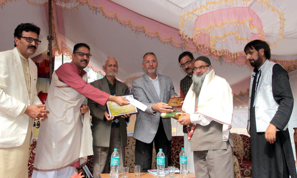 Kashmir's literati pledges to work for protection of Kashmiri language and culture